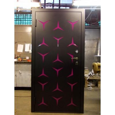 Дверь с розовыми вставками